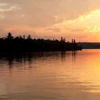 地平線の空、夕暮れ、湖、森林、オンタリオ