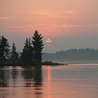 地平線の空、夕日、湖、森林、オンタリオ