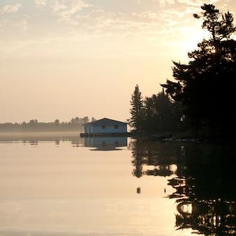 オンタリオ州レイク・オブ・ザ・ウッズの海岸線のボートハウス