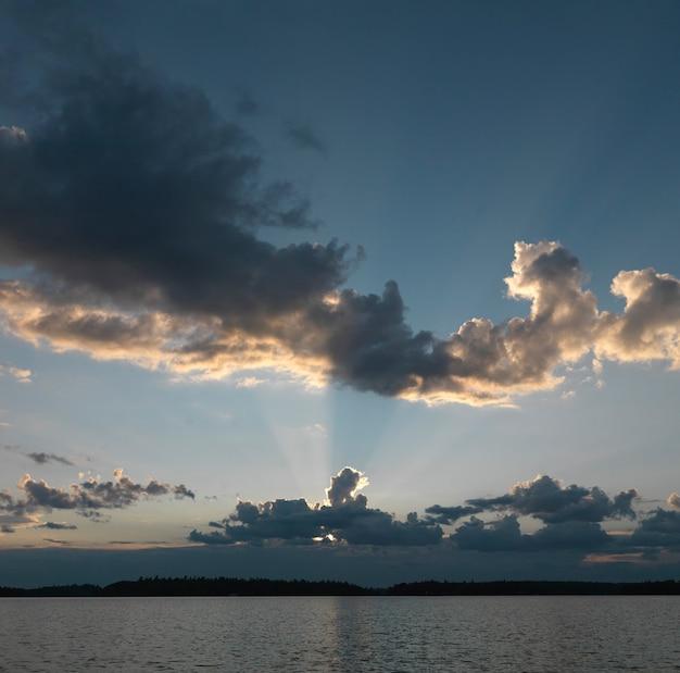 地平線、夕暮れ、湖、森、オンタリオ州