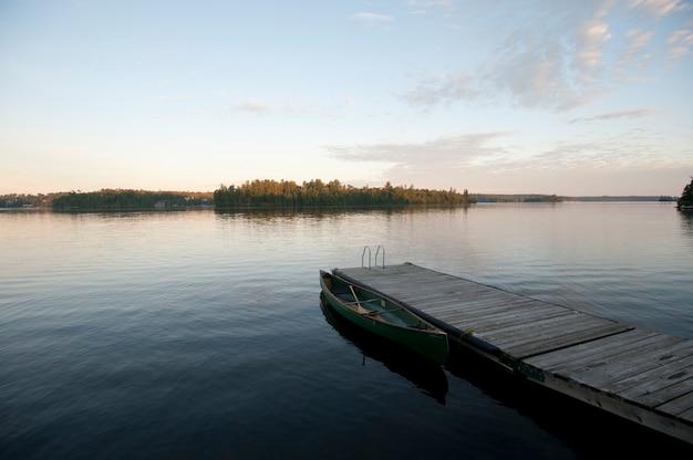 レイク・オブ・ザ・ウッズ、オンタリオ州で地平線の空を持つ水にドック