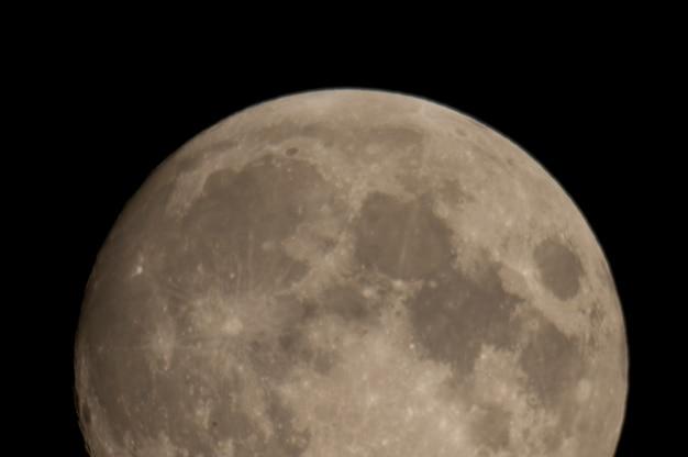 レイクオブザウッズ、オンタリオ上の夜空の月のクローズアップ