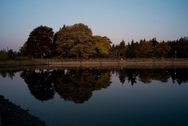 バンクーバー、ブリティッシュコロンビア州、カナダの夕暮れの空