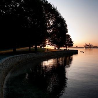 バンクーバー、ブリティッシュコロンビア州、カナダの夕暮れの海の壁
