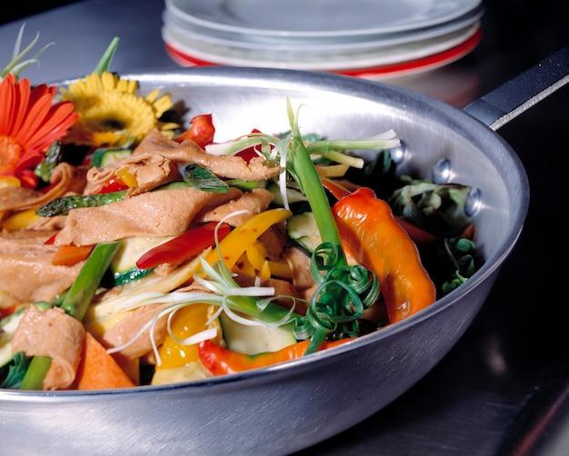 野菜とガーベル・デイジーのスキレット