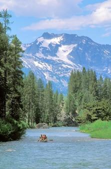 アイダホ州のサーモン川の下をカヌーする