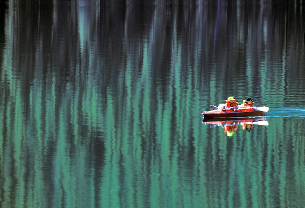 男と二人の男の子がスタンレー湖でカヤックをする