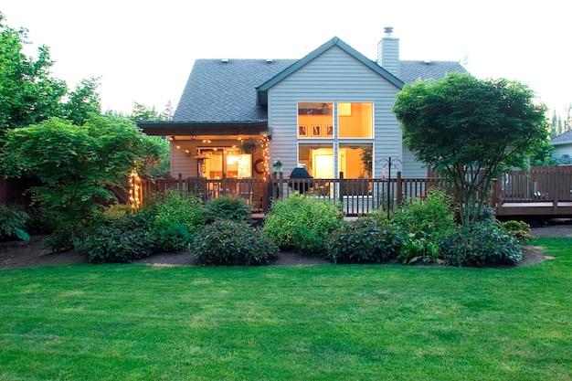 庭から見える現代の家