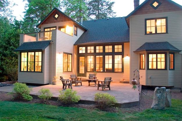 Современный дом с патио, увиденный с двора