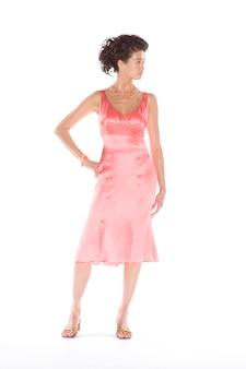 Женщина в розовом атласном платье