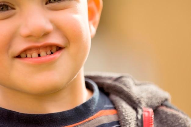 ギャップの歯を持つ笑顔の男の子