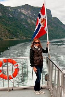 ノルウェー、クルーズ船のデッキに立っている女性