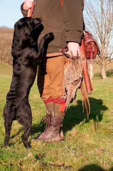 成功した撮影の後、ハンターと彼の犬