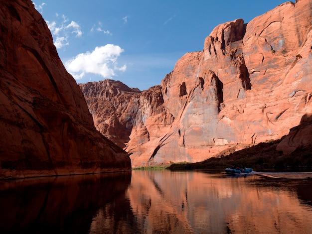 グレンキャニオン国立レクリエーションエリア、コロラド川フロートトリップ、コロラド川、アリゾナ州、ユタ州、アメリカ合衆国水の中の岩の反射
