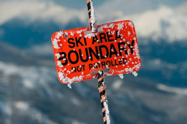 スキーエリア境界標識、ウィスラー、ブリティッシュコロンビア州、カナダのクローズアップ