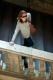Высокий угол зрения женщины на лестнице во дворце, стокгольмский дворец, гамла стан, стокгольм, швеция