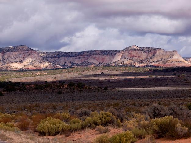 米国ユタ州シオン国立公園の岩の上の雲