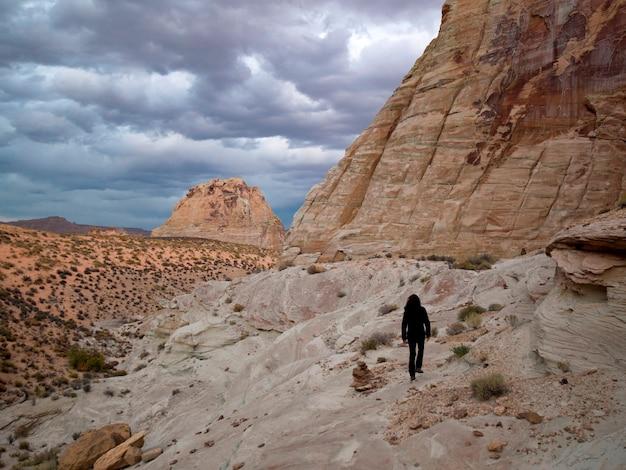 アメリカ、ユタ州、岩の上を歩く女性