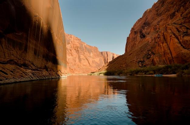 コロラド川、グレンキャニオン国立レクリエーションエリア、アリゾナ州、ユタ、アメリカ合衆国、川の岩の反射