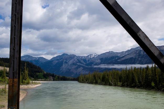アサバスカ川、橋、ジャスパー国立公園、アルバータ、カナダから見た