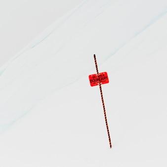 スキー場の境界の看板の雪、ウィスラー、ブリティッシュコロンビア州、カナダ