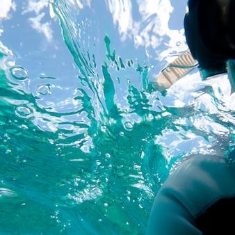 ガードナーベイ、エスパノラ島、ガラパゴス諸島、エクアドル、水中で水泳するスキューバダイバー