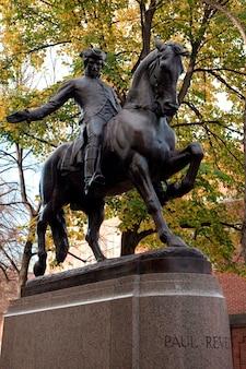 Статуя пола ревера в бостоне, штат массачусетс, сша