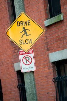 Дорожный знак в бостоне, штат массачусетс, сша