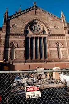米国マサチューセッツ州ボストンの教会の周りを柵で囲む