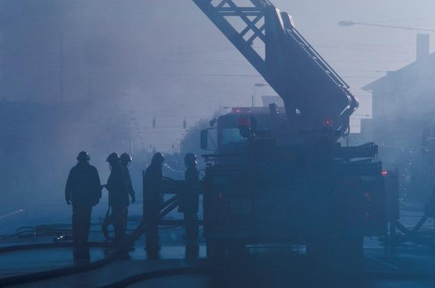 火災に対応する消防士と消防車