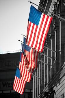 Американские флаги на здании в бостоне, штат массачусетс, сша