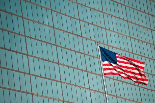 Американский флаг в бостоне, штат массачусетс, сша