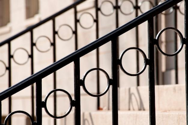 米国マサチューセッツ州ボストンのハーバード大学のキャンパスにある階段のレール