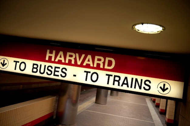 Станция метро гарварда в бостоне, массачусетс, сша