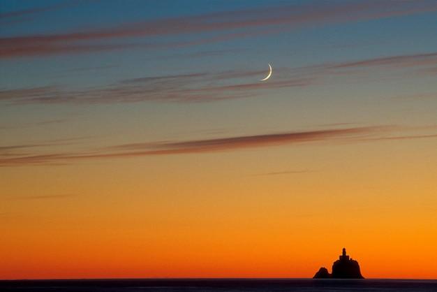 灯台と三日月、オレゴン州