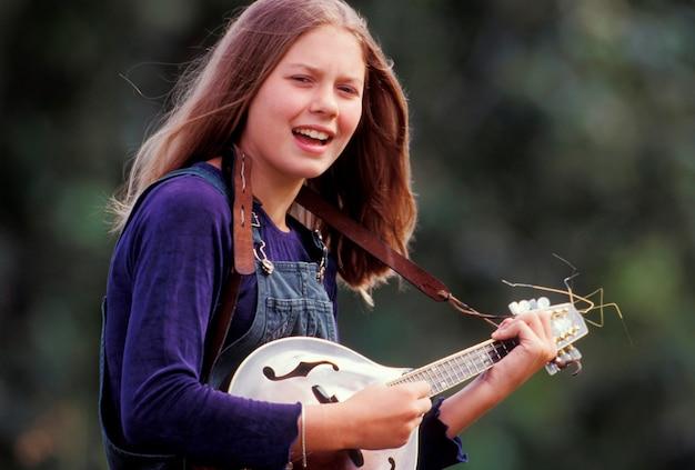 マンドリンを演奏する十代の少女