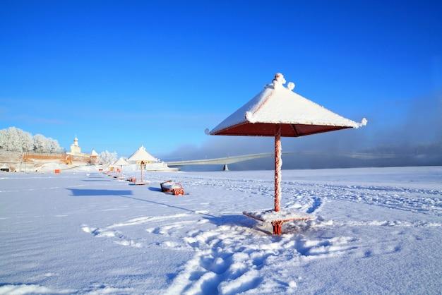 雪の町のビーチ