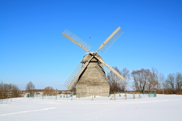 雪原の老朽化した農村工場
