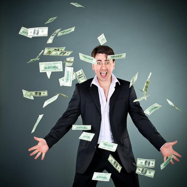 スーツを着た男はお金を投げる