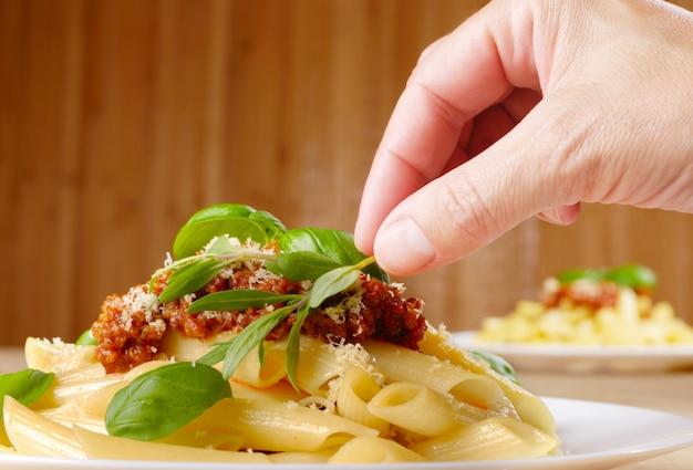 トマトビーフソースとパルミジャーノレッジャーノのリガトーニパスタ