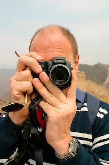 面白い観光客が写真を撮る。