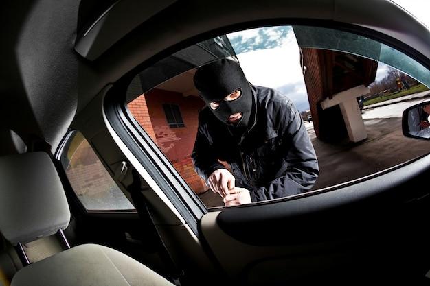 強盗と泥棒が車を乗っ取る
