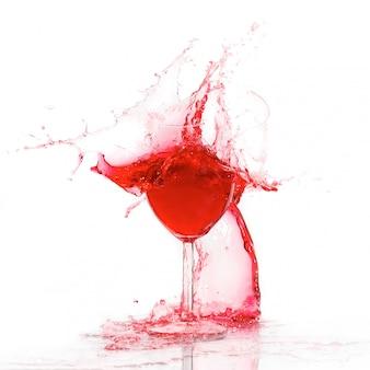 ワインのスプラッシュと割れたガラス