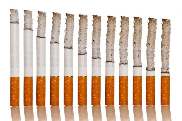 Зажженные сигареты стоят