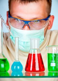 試験管で実験室の科学者