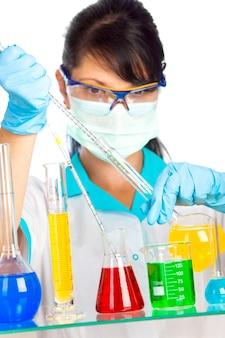Молодой ученый в лаборатории с пробирками