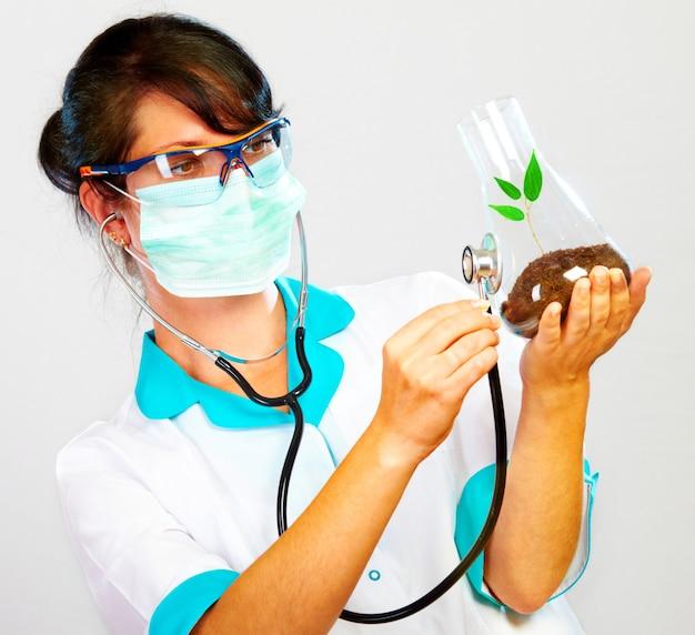 Врач проверяет здоровье своего предмета