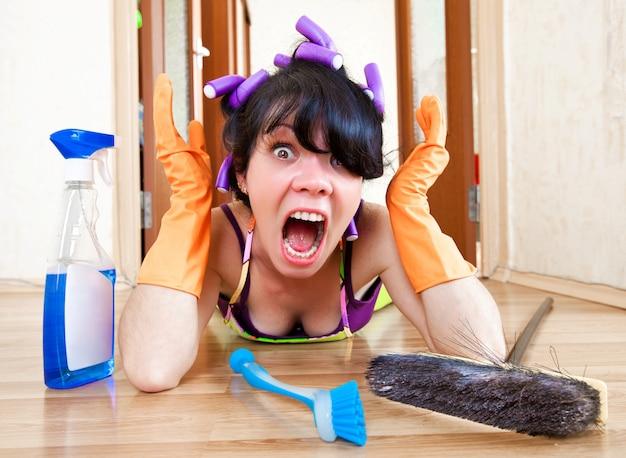 主婦は家の床を洗う