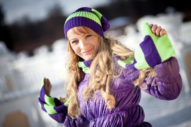 冬の季節に美しい女性の肖像画