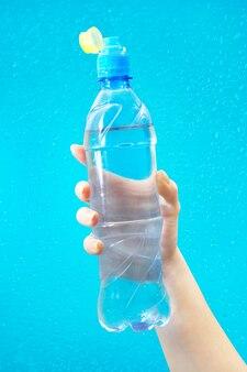 手には水が入ったボトルがあります